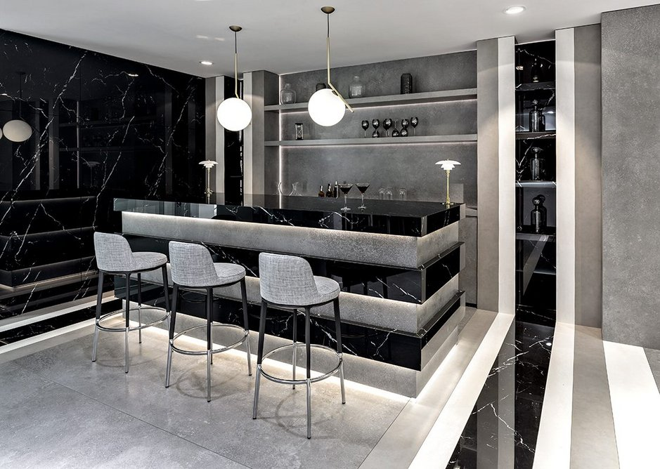 Neolith Nero Marquina and New York-New York sintered stone in the showroom bar.