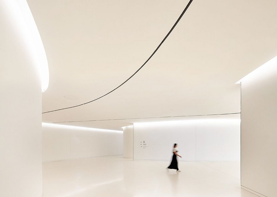 Around the Oval gallery, barely partitioned spaces free flow into each other, but ceiling heights remain the same.