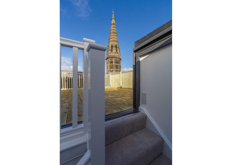 Seamless integration of outdoor terrace using three wall box rooflight