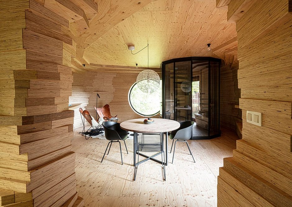 Sunny, cosy upper levels. The guest rooms become contoured caves made of layers timber.