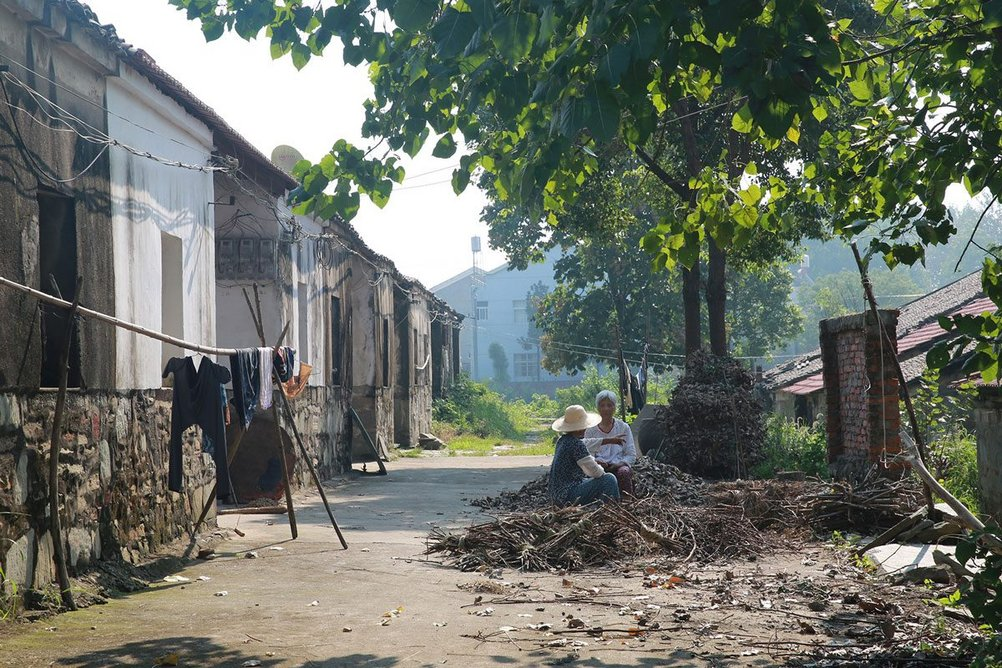 Villagers chatting in front of a commune housing in Shigushan village, 2016.