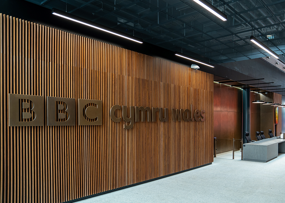 At ground floor the timber slats of the reception area enhance the robust acoustic performance, deadening echoes in the space. Right Individual banks of acoustic booths allow for more private meetings or individual work.