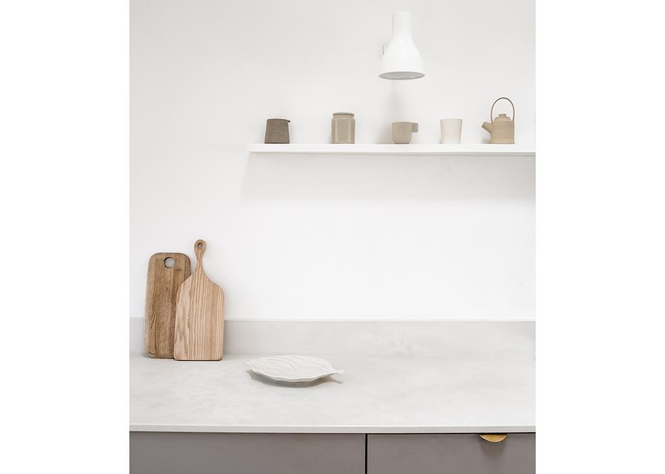 Contemporary minimalist kitchen with quartz worktop and upstand in Cloudburst Concrete from Caesarstone's Metropolitan range.
