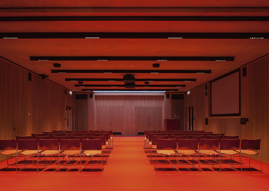 The internalised space of the auditorium allows for a broad range of lighting effects as required.
