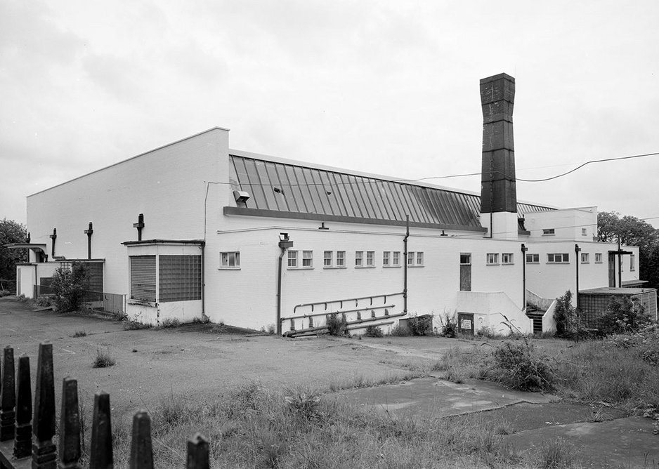 Chimney set back, clear north-facing rooflights and quintessential art deco glass blocks (photographed 1997).