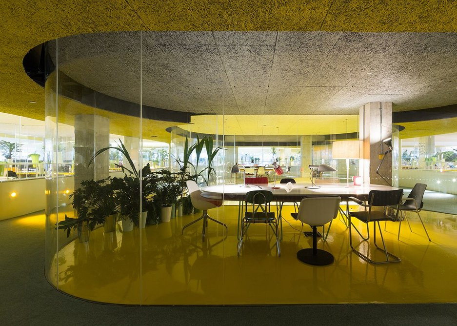 Yellow flooring in the meeting rooms brings brightness to the centre of the plan.