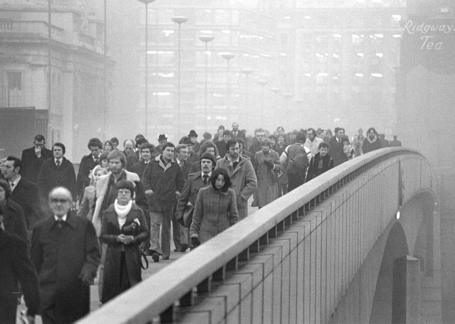 Barry Lewis – Rush hour from the south side of London Bridge 1978.