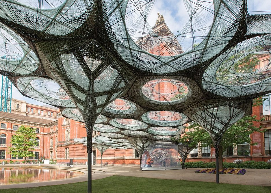 The pavilion's glass fibres act as a scaffold for the load-bearing carbon fibre structure. The weight of the 40 roof components is transfered to seven steel plates.