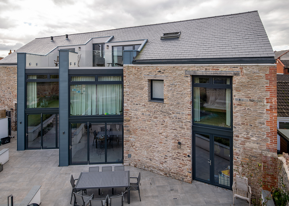 Slate is waterproof, durable, versatile and thermally inert. When reinvented as Thermoslate it contributes to a more natural use of solar thermal energy.