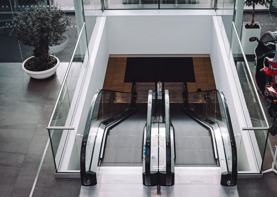Clear transitions from floor to floor: Q-railing's 48.3mm stainless steel cap rails were used as a finishing touch.