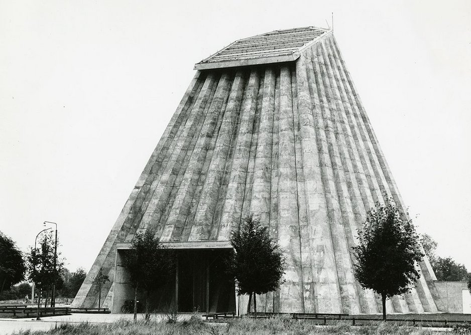 Léon Stynen, Paul De Meyer, Paul Meekels, André Vlieghe & André Paduart (engineer) | Photo of the church of Saint Rita, Harelbeke, 1966.