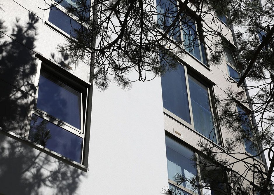 The Berry Court apartments in Bournemouth feature Senior's energy-efficient Pure Slide aluminium doors.