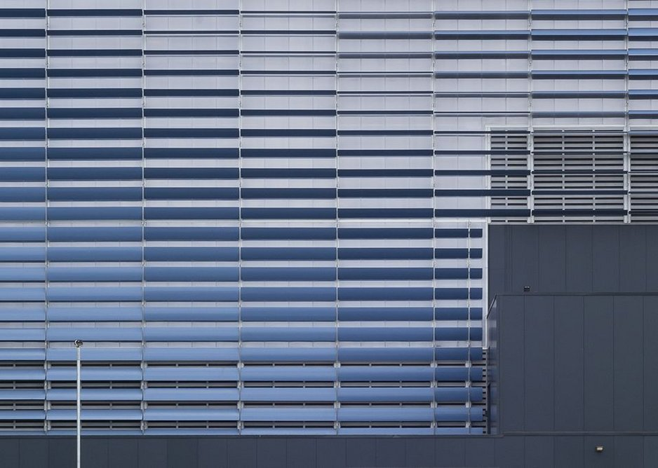 The translucent polycarbonate of the boilerhouse sets up a shimmering undsteadiness.
