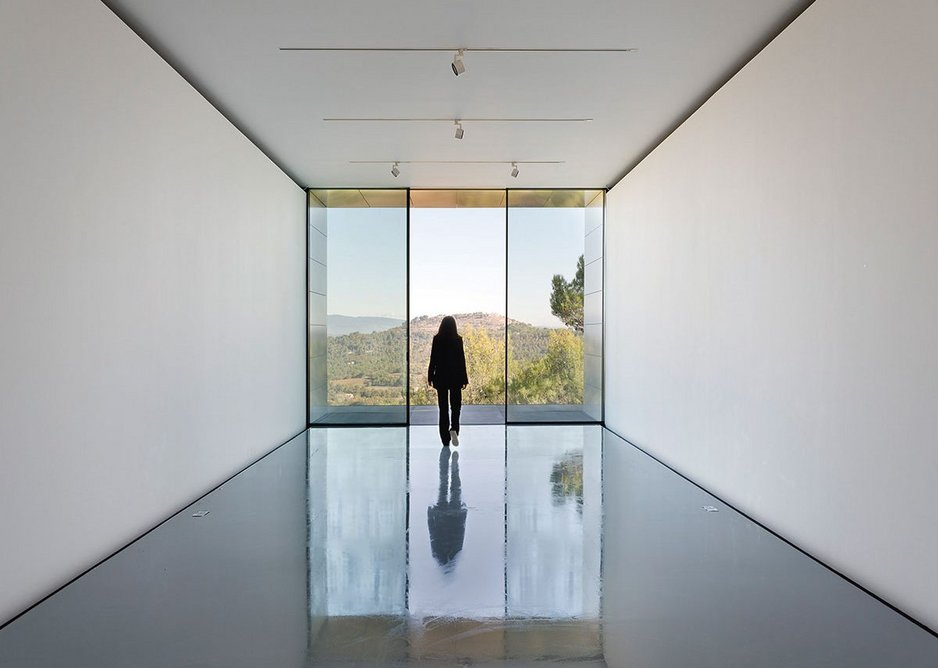 A single volume gallery space turns the view towards the Luberon Mountains.