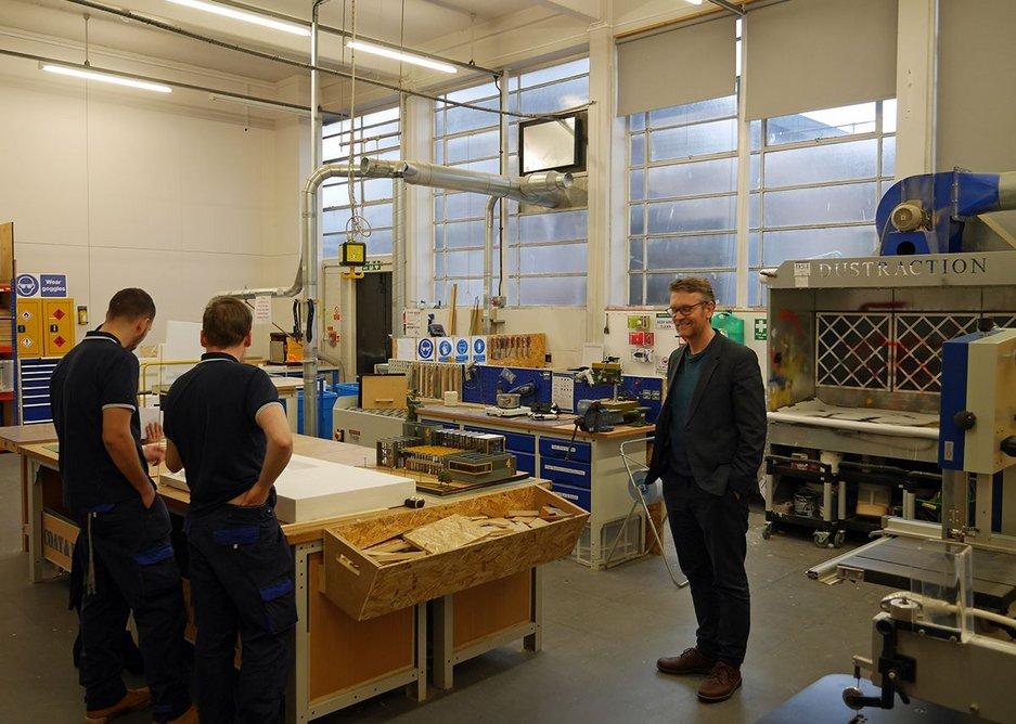 Deputy head Torsten Schmiedeknecht (right) in the well-equipped workshops.