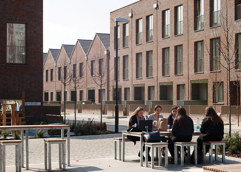 The small public square is also the starting point of the new Dujardin Mews.