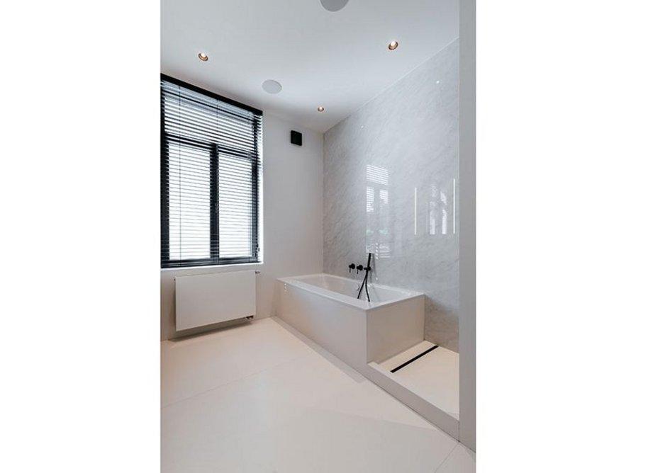 Neolith Blanco Carrara in the first-floor bathroom.
