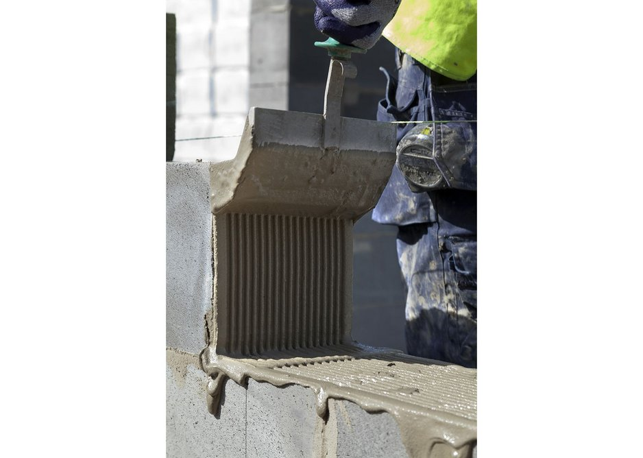 Mix the Celfix and apply to the end of the block. The special scoop allows for the application of a 2mm-thick layer.