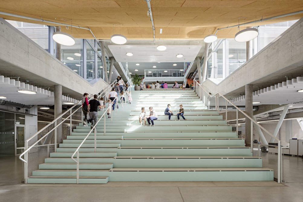 The reading staircase connects the lower parts of the building, the gymnasium as well as the classes of secondary schools with the entrance hall.