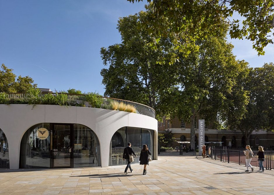 The garden roof terrace of the pavilion merges with the old plane trees of the former drill hall and barracks.