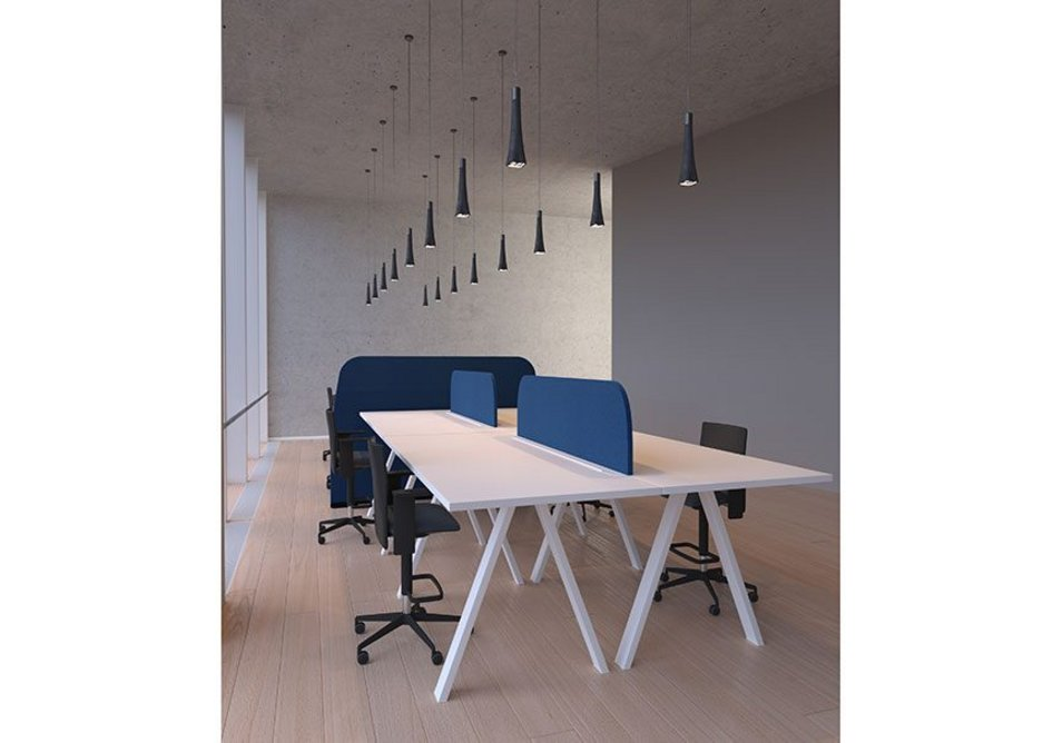 Paravan Mood desk-mounted dividers help students connect in open areas. The sound-absorbing panels support focus, concentration and collaboration while maintaining distancing.