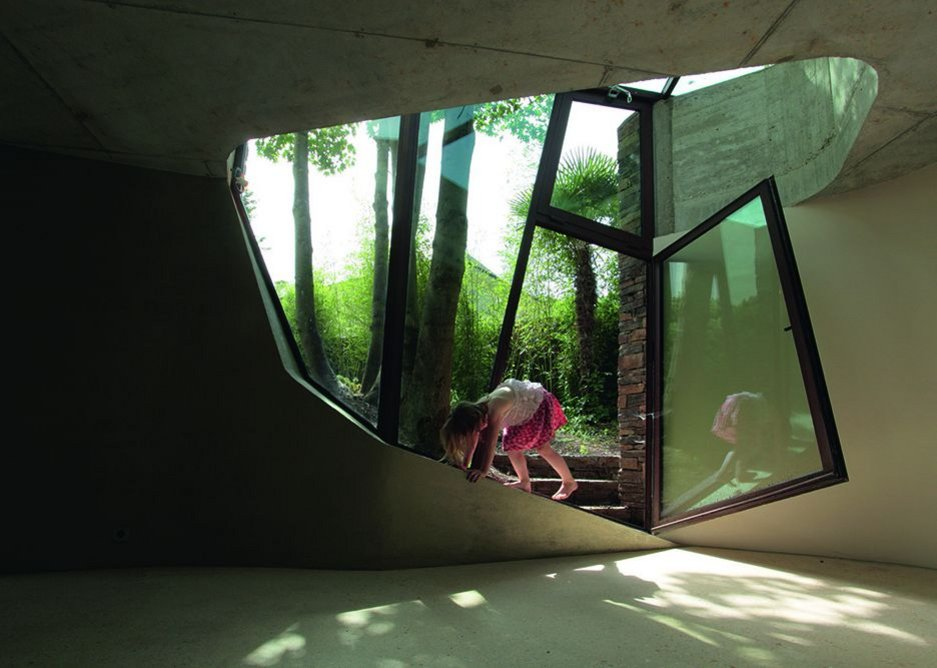 The building creates intimate connections between building and nature.