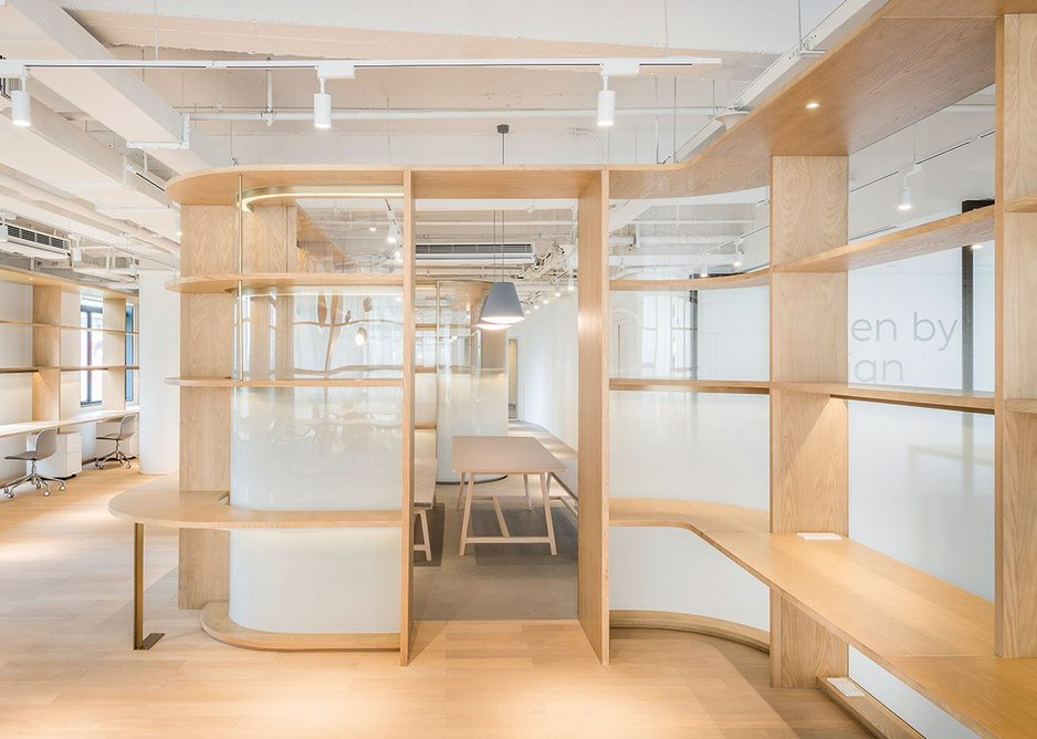 At the creative studio for electric car company  NextEV in Xintiandi, Shanghai Linehouse inserted an oak wall to create different pockets.
