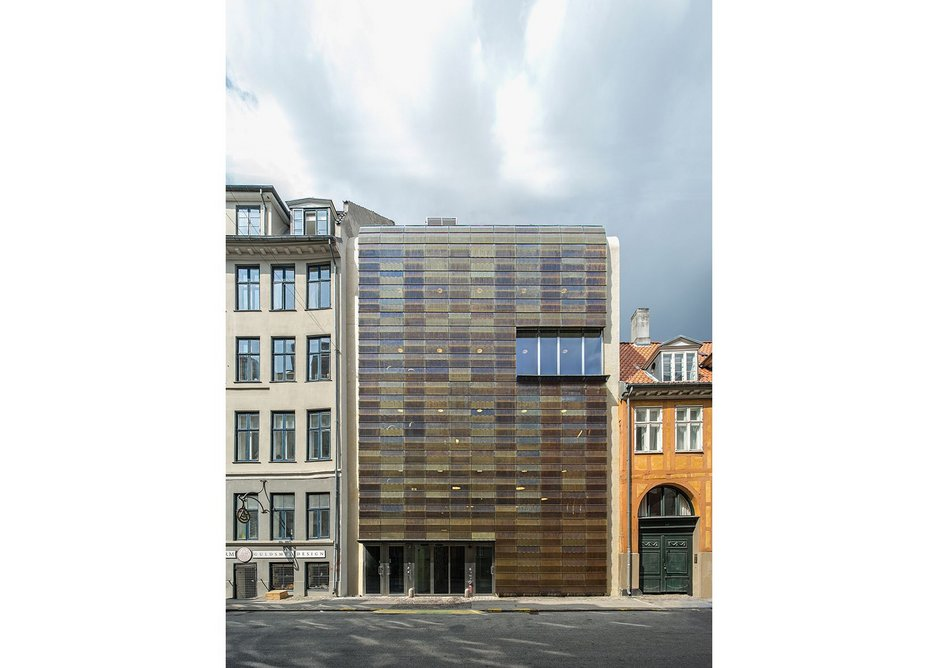 To reduce solar gain or at the end of the working day the facade can be  closed.