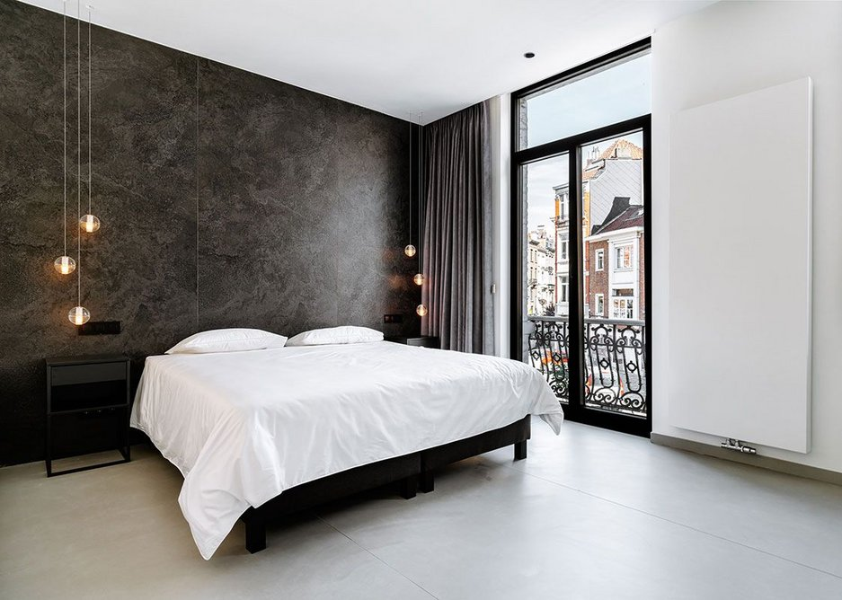 Bedroom walls clad in irredescent Neolith Krater Riverwashed and Arctic White Silk; floor, Phedra Silk.