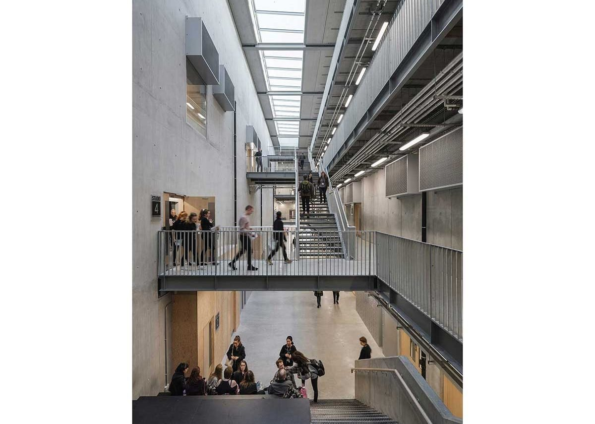 The main atrium beyond the reception is big and attenuated enough to allow 400 students to move and socialise between classes.
