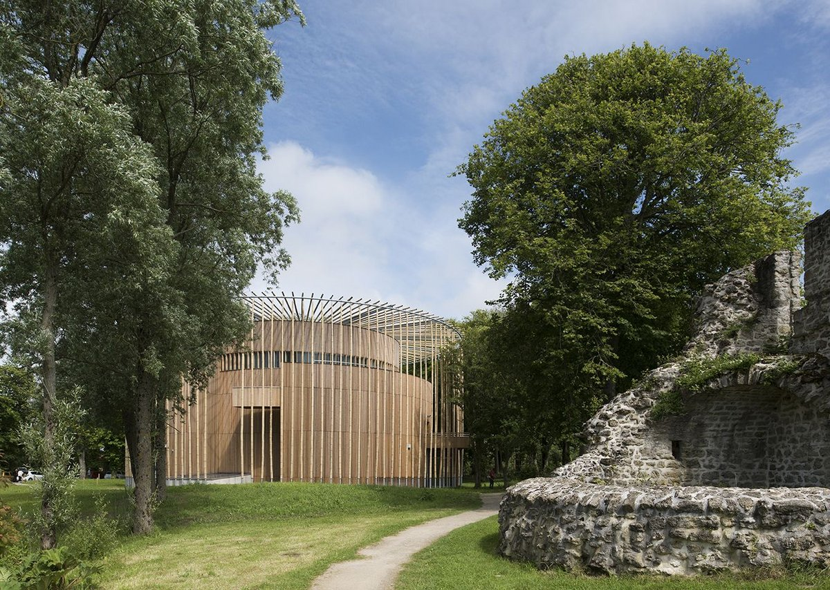 Set alongside Hardelot Castle it offers a counterpoint in material but sits equally naturally in the gardens.