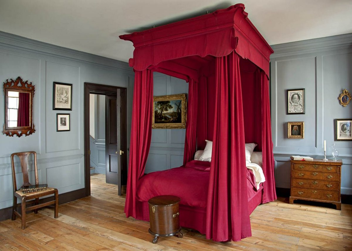 Handel's bedroom in the next door property contrasts with the more casual Hendrix flat.