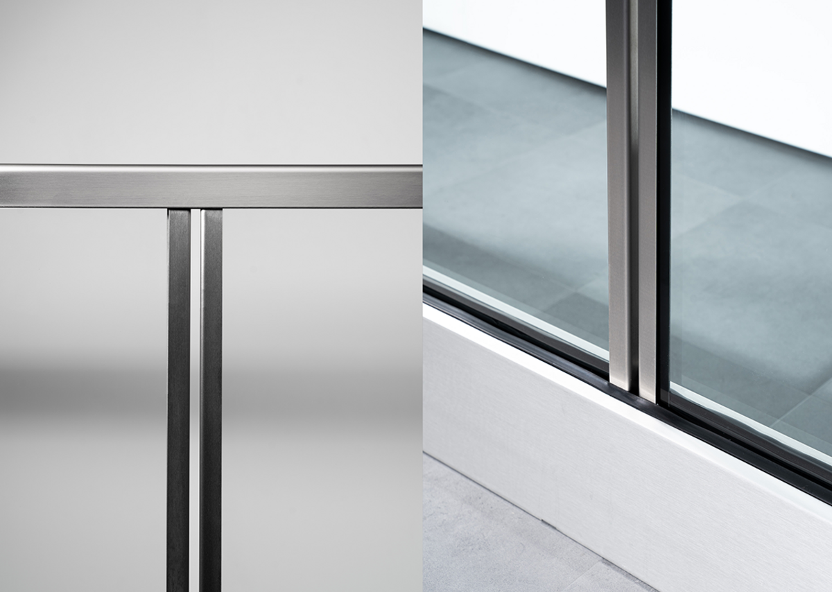 The compliant glazed balcony fence is based on the easy-to-install alignable Easy Glass Prime system.