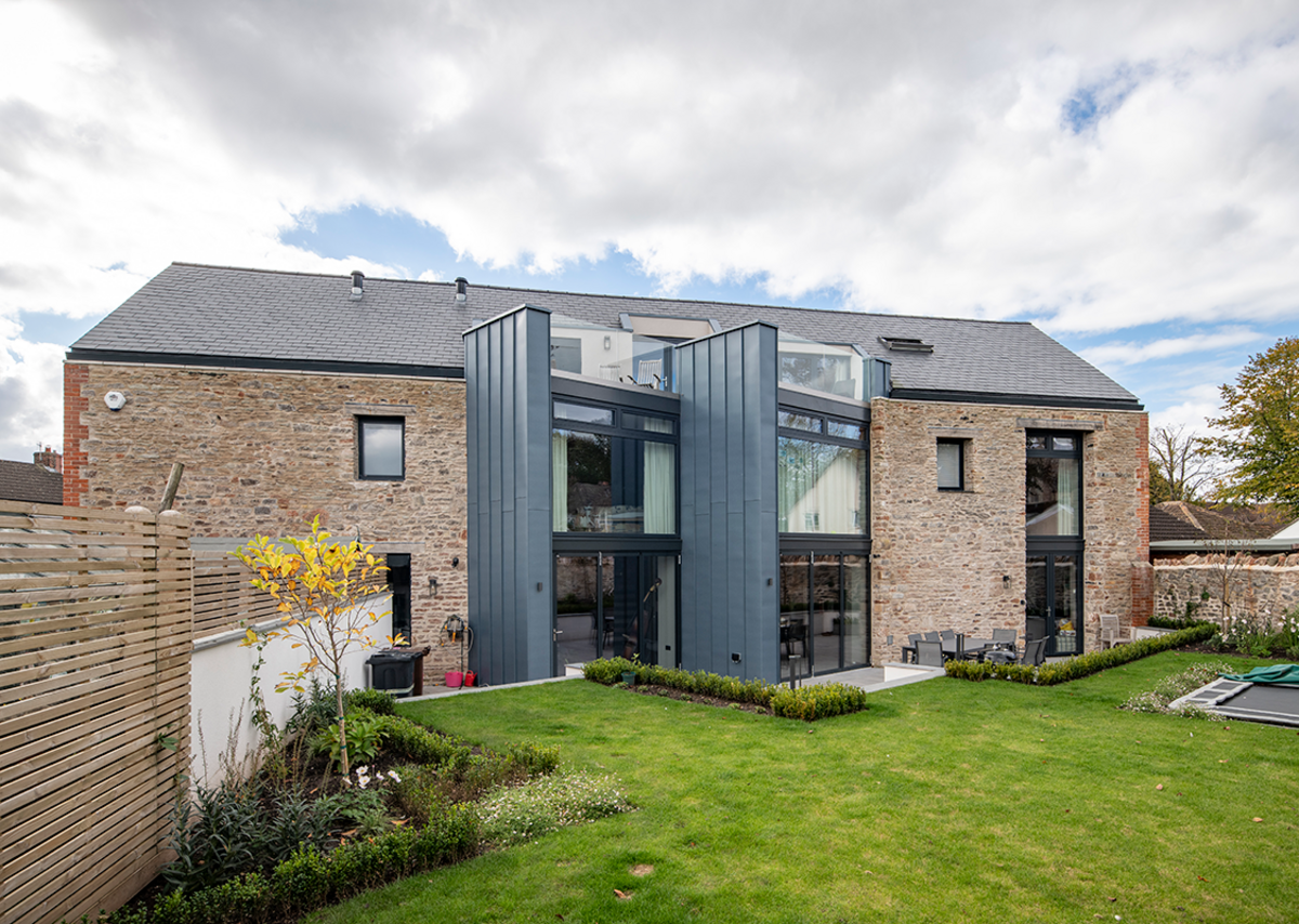 Its modular installation means that Thermoslate solar slate can be integrated faster and more easily in any type of surface covered with natural slate.