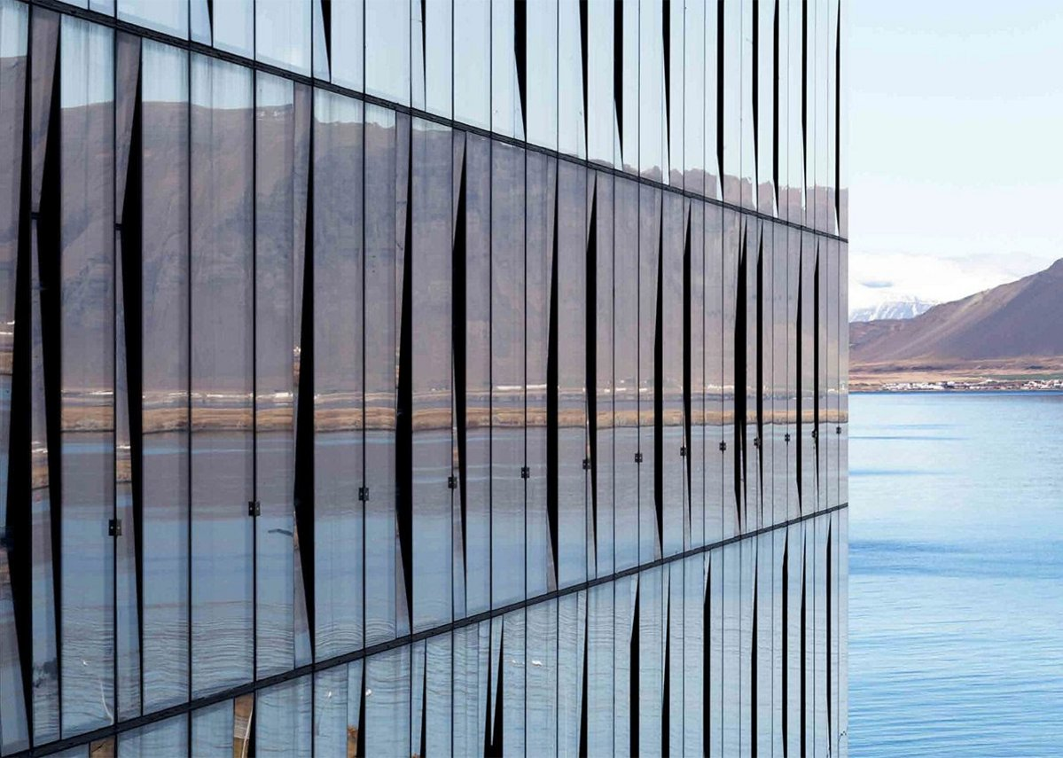 Reynaers curtain walling: Choose different styles of face cap, from horizontal and vertical lining to a more streamlined look using structural glazing or clamping technologies.