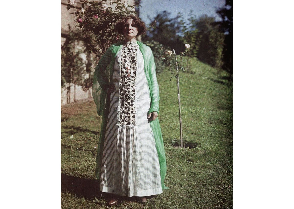 Friedrich (Fritz) G Walker, Emilie Flöge in Chinese Imperial costume from the Qing Dynasty in the Gardens of the Villa Paulick in Seewalchen at Attersee, 13th or 14th September 1913, 1913. IMAGNO Brandstätter Images, Vienna