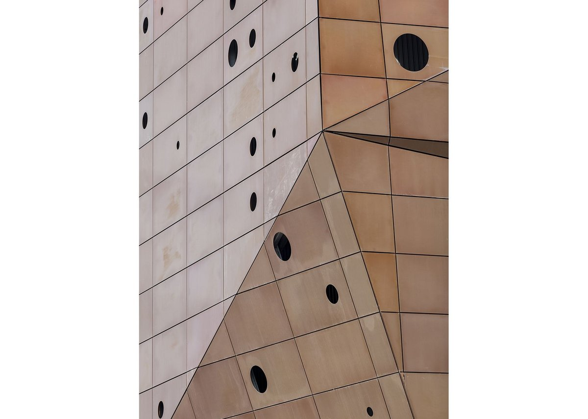 Umber-coloured aluminium plates on the outer skin of the facade.