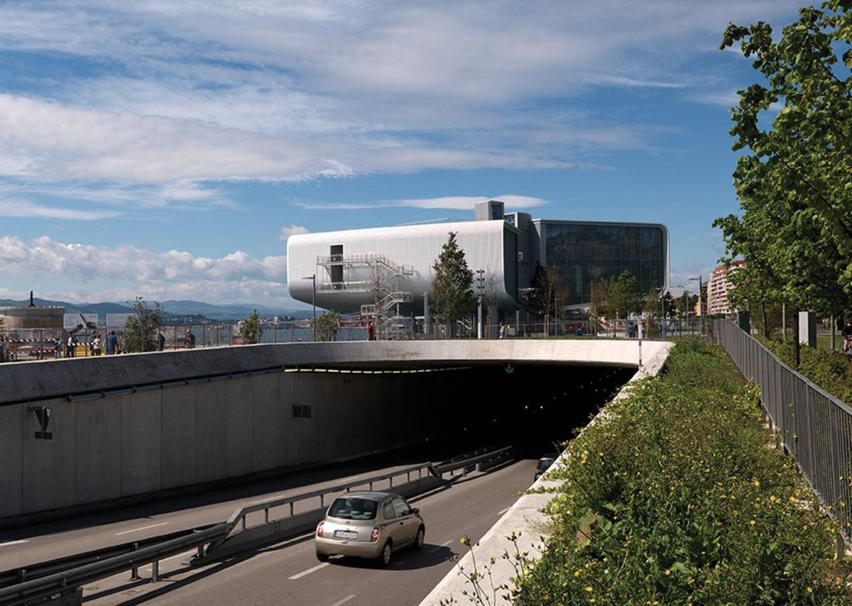 The sinking of the four-lane highway into a tunnel lets the building connect naturally back to the city.