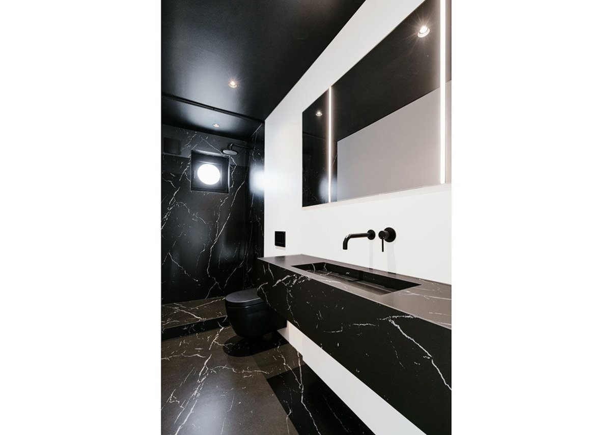 Drama in the bathroom: Neolith Nero Marquina meets Arctic White.