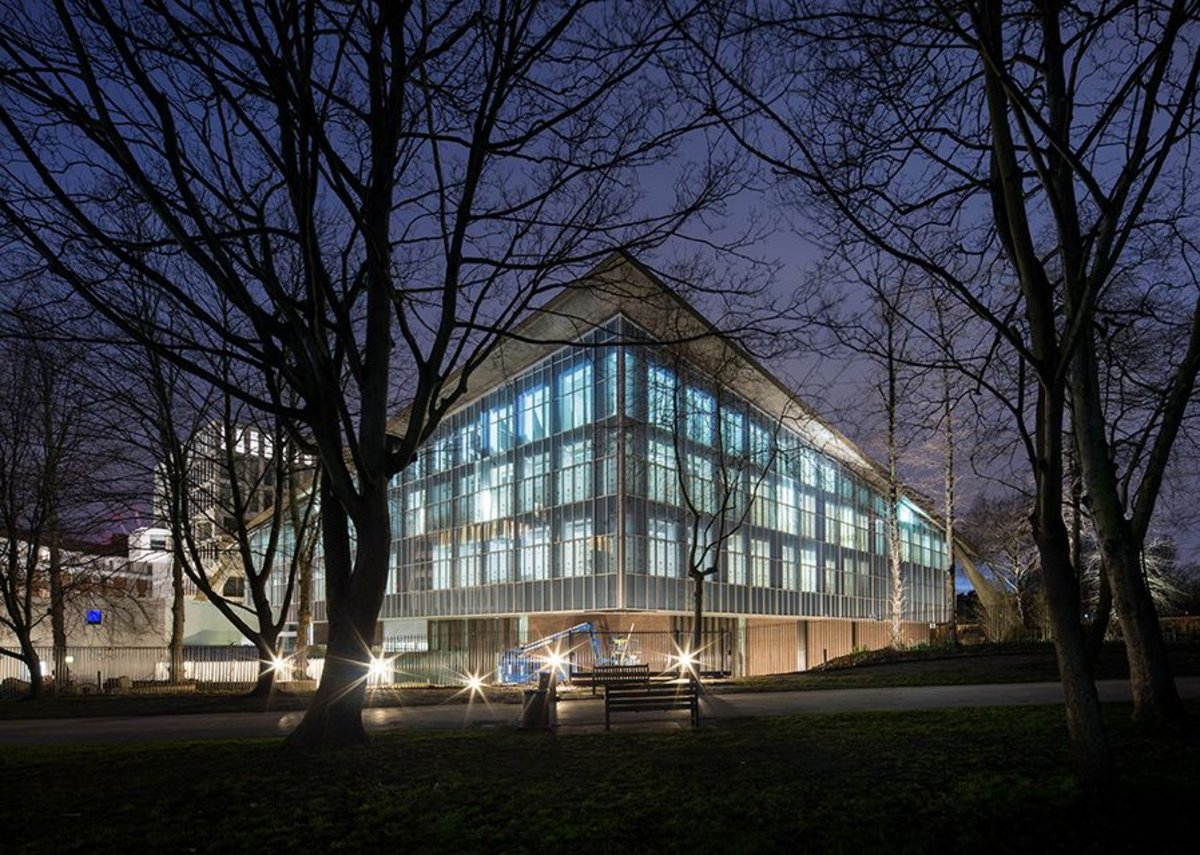 The previously opaque cladding is replaced by a translucent system, enlivening the facade at night.