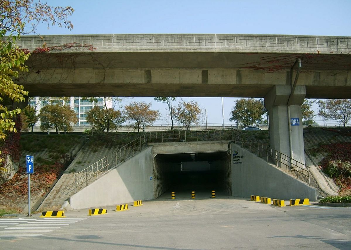 Seongsan Underpass before the Han River Access Tunnel Project.