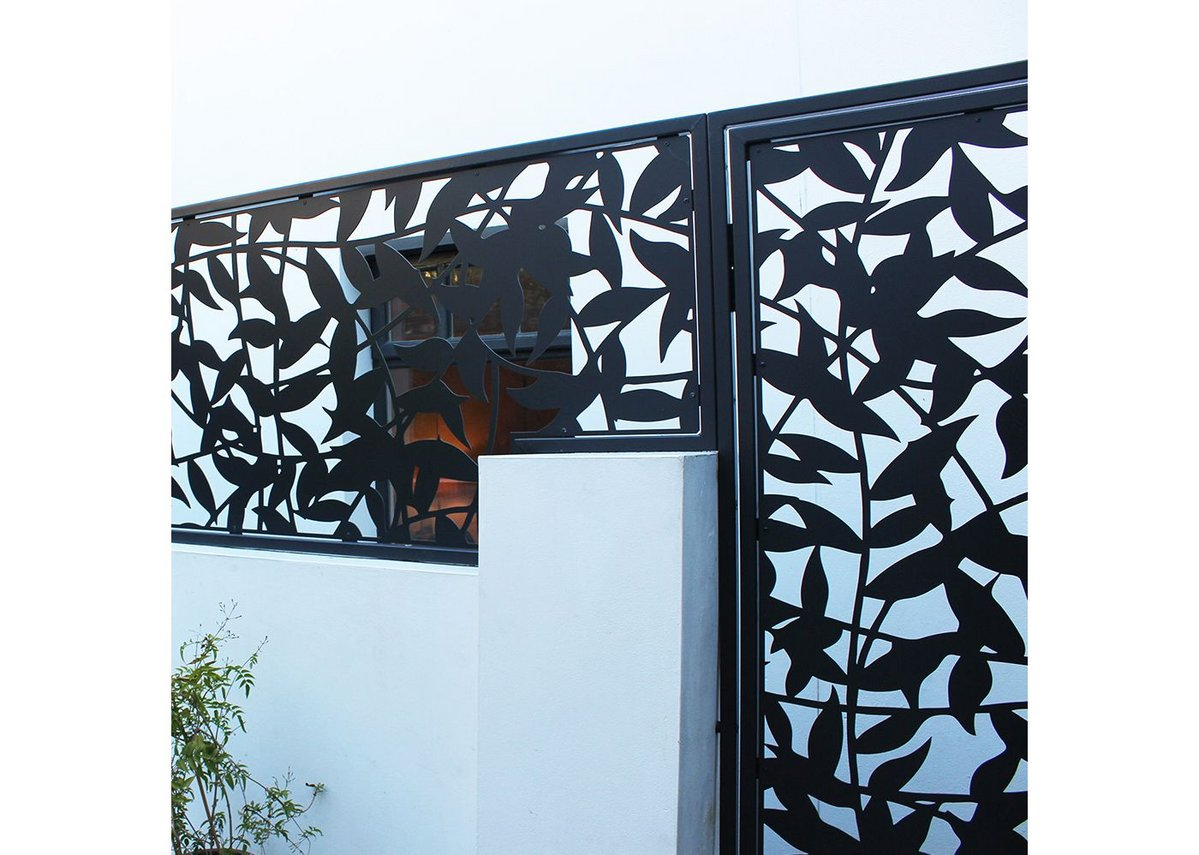 The privacy screen and gate were given a powder coating black finish creating a striking contrast with the garden's white walls