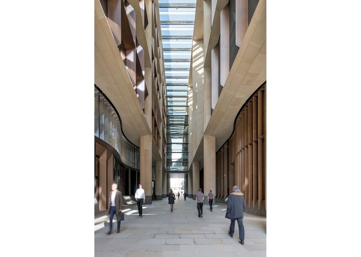 The Bloomberg Arcade diagonally cuts through the middle of the site. It provides a new public thoroughfare re-establishing Walbrook Street.