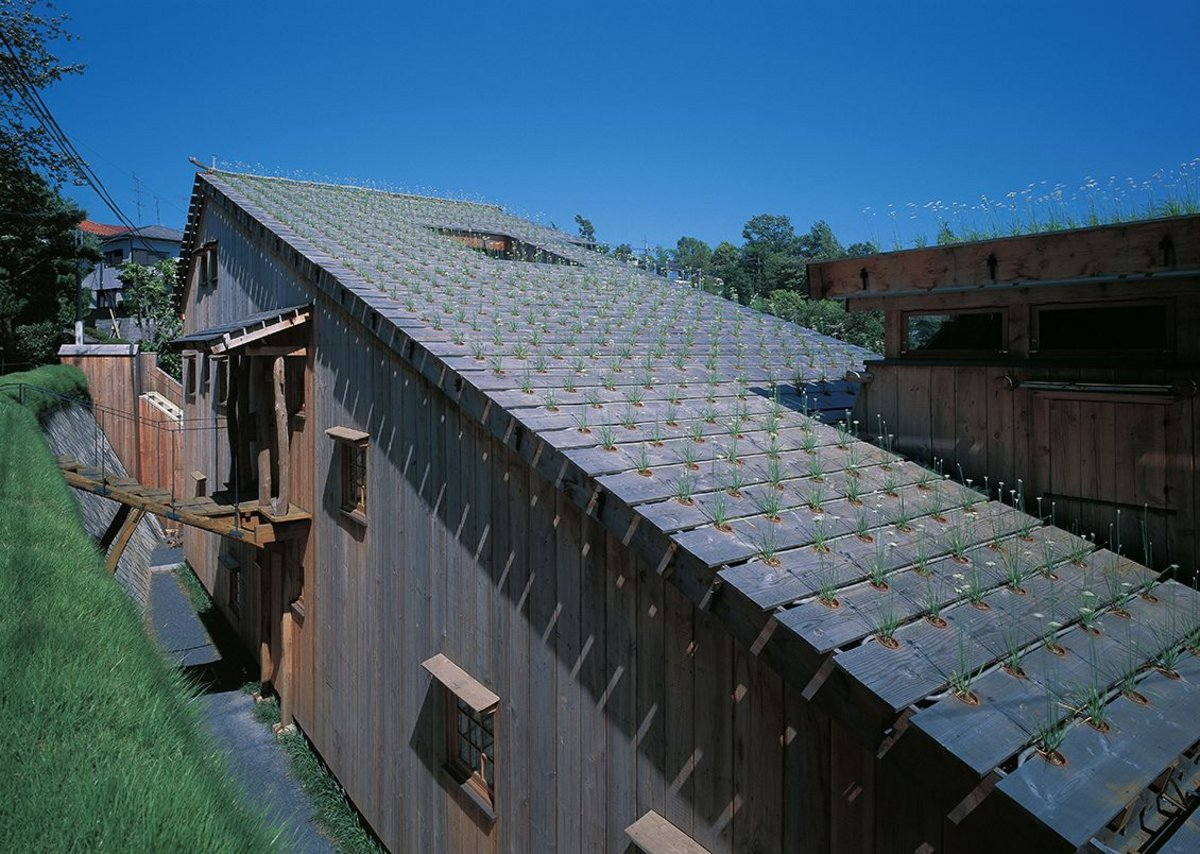 Leek House, Tokyo,1997, designed by Terunobu Fujimori. The roof is embedded with rows of nira (Chinese leeks).