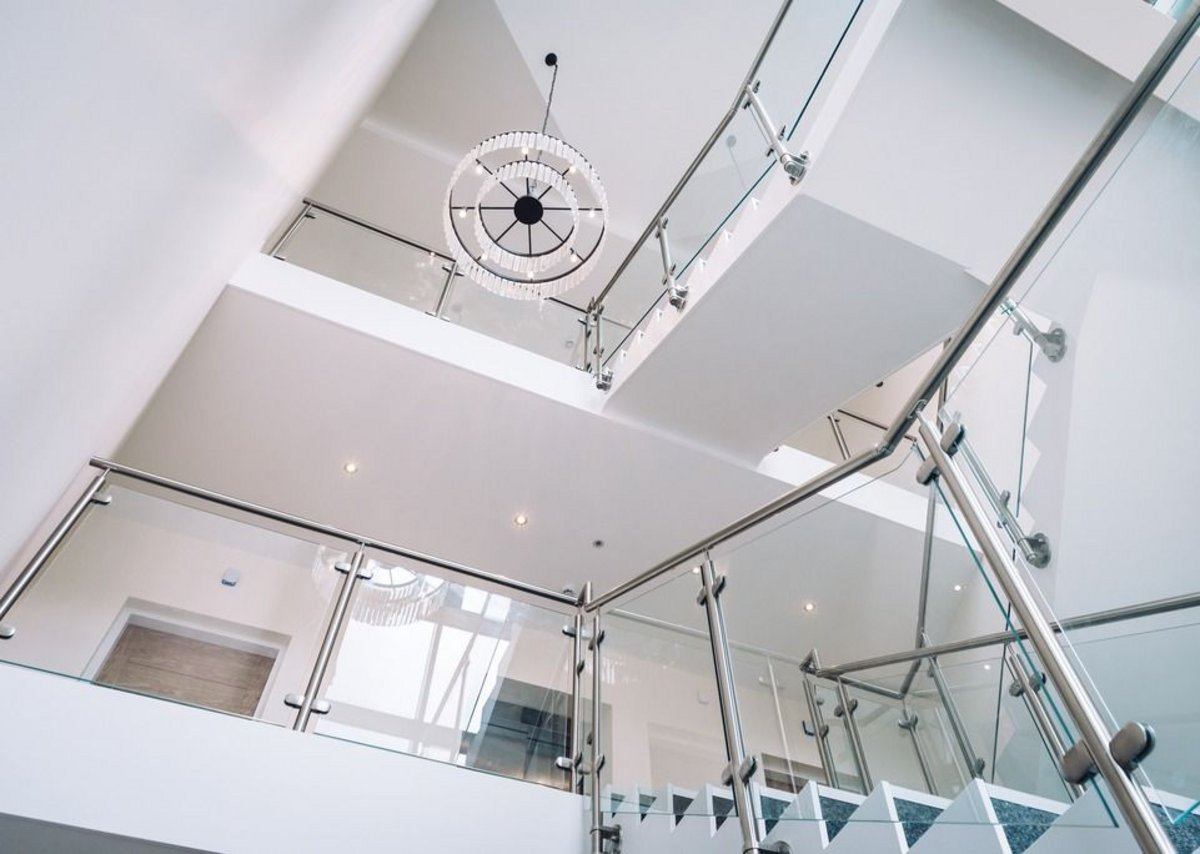 The stainless steel Q-line system suits the modern internal stairways.