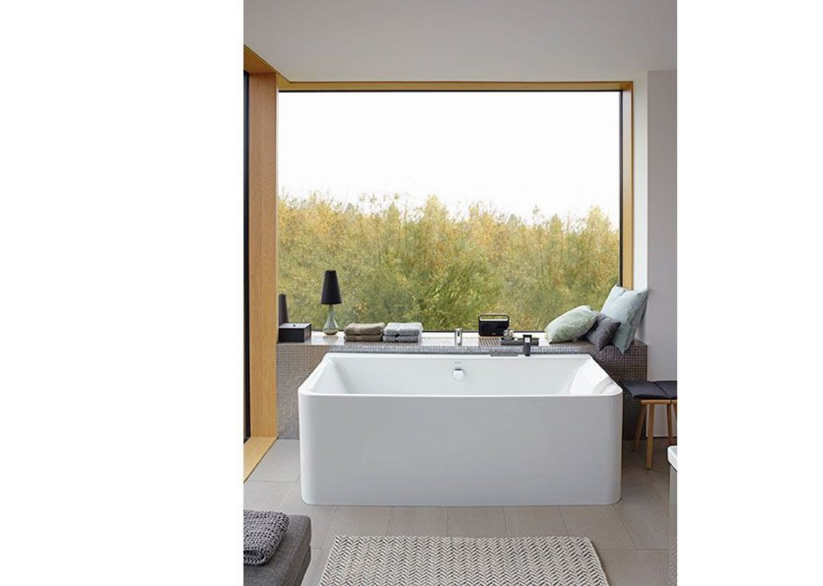 The rimless look and large radii at the  front maximise the inner volume of the  bathtub.
