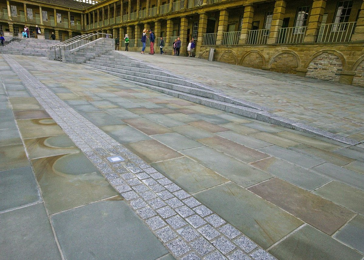 The HLF–supported project specified that materials be sourced from Europe. Hardscape provided a mixture of British and Portuguese stone