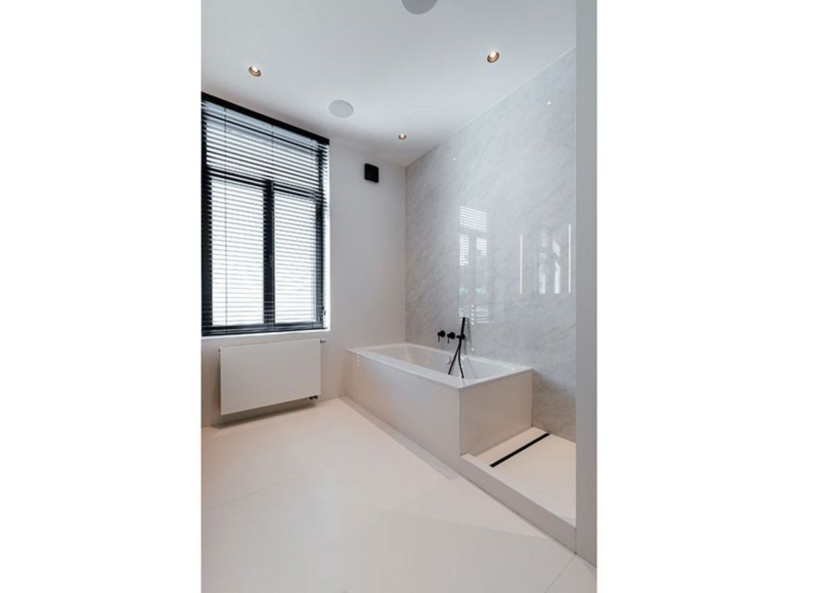 Neolith Blanco Carrara in the first-floor bathroom.