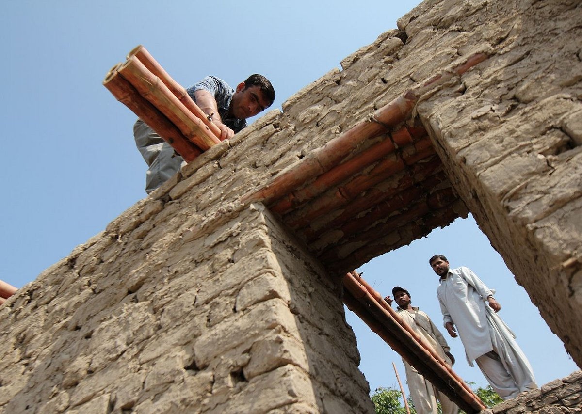 Students from Balochistan University learn how to build a roof according to Yasmeen Lari's design.