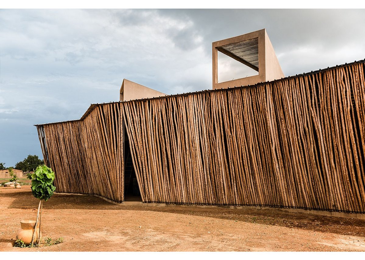 Lycée Schorge opened in 2016 and is made from local laterite and wood. This, in combination with the wind-catching towers and overhanging roofs, lowers the internal temperatures.